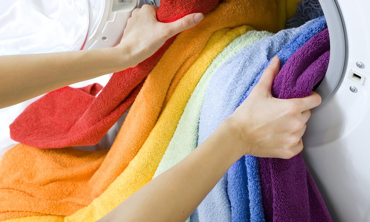 Как отстирать цветные вещи в домашних условиях