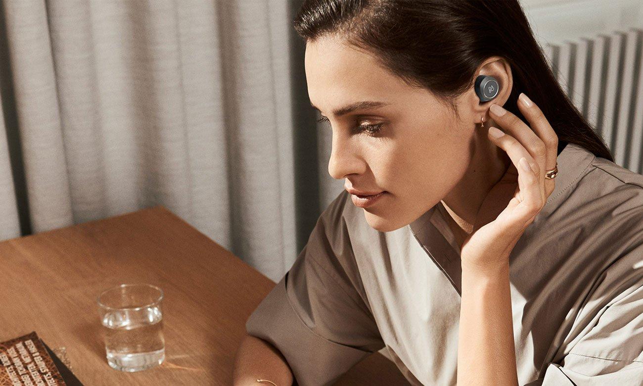 Czarne słuchawki Bang & Olufsen E8