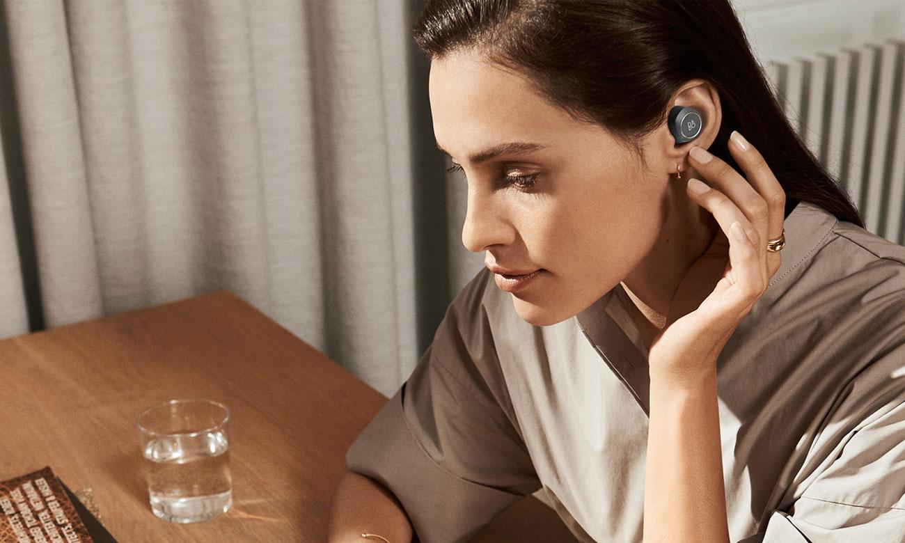 Szare słuchawki Bang & Olufsen E8