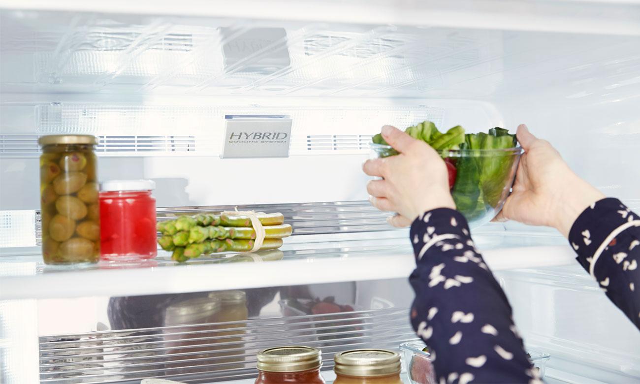 Świeże warzywa i owoce, dzięki systemowi Hybrid Cooling w lodówce Sharp SJ-FP810VBE