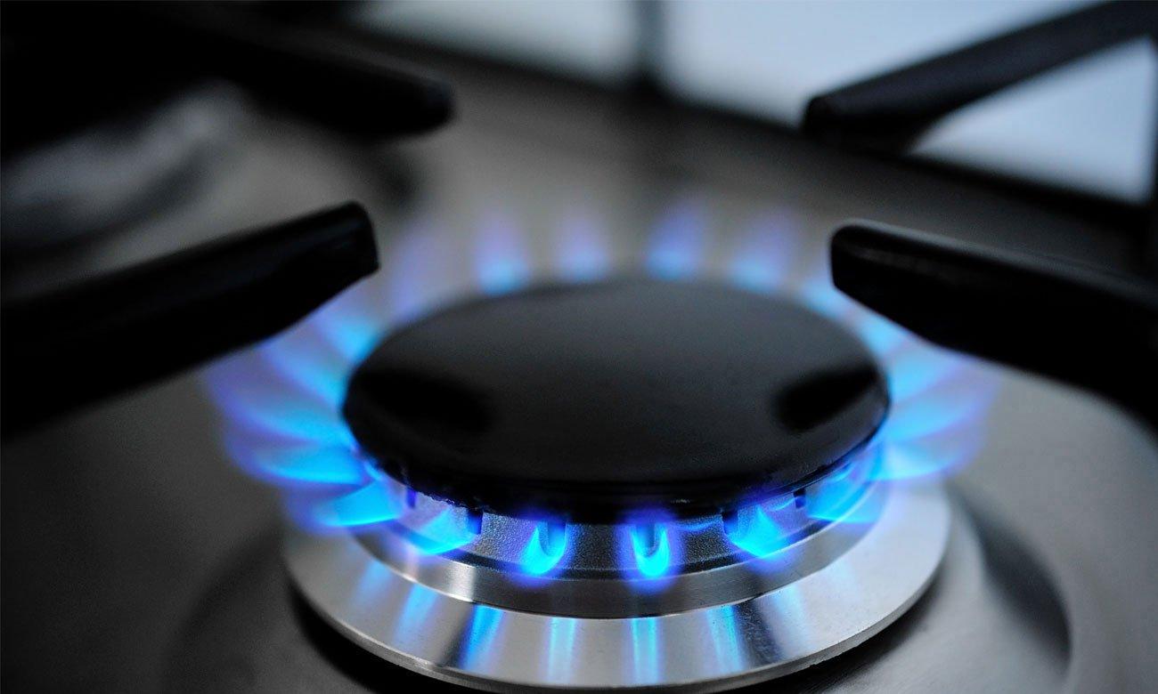 Zapalarka oraz zabezpieczenie gazu w pokrętle w kuchence Amica Zapalenie gazu odbywa się z pomocą dedykowanego mechanizmu, bez konieczności użycia zapałek lub zapalniczek. Takie rozwiązanie zapewnia wygodę oraz zmniejsza ryzyko przypadkowego poparzenia.