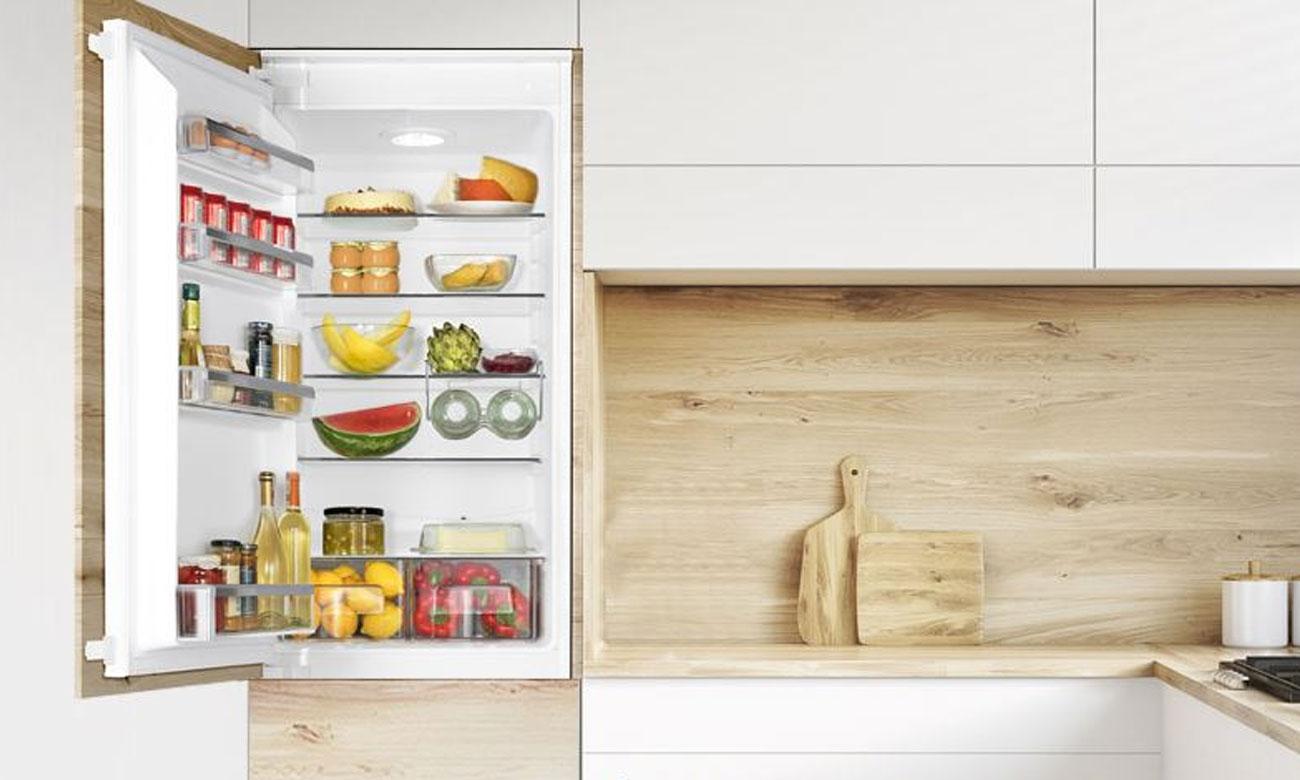 Praktyczna półka na butelki w lodówce Amica BK2665.4