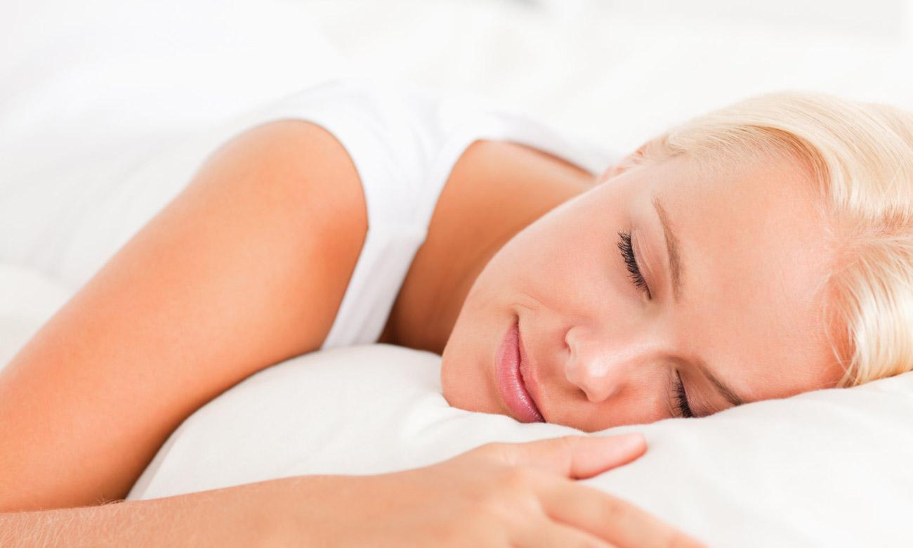 spiaca kobieta