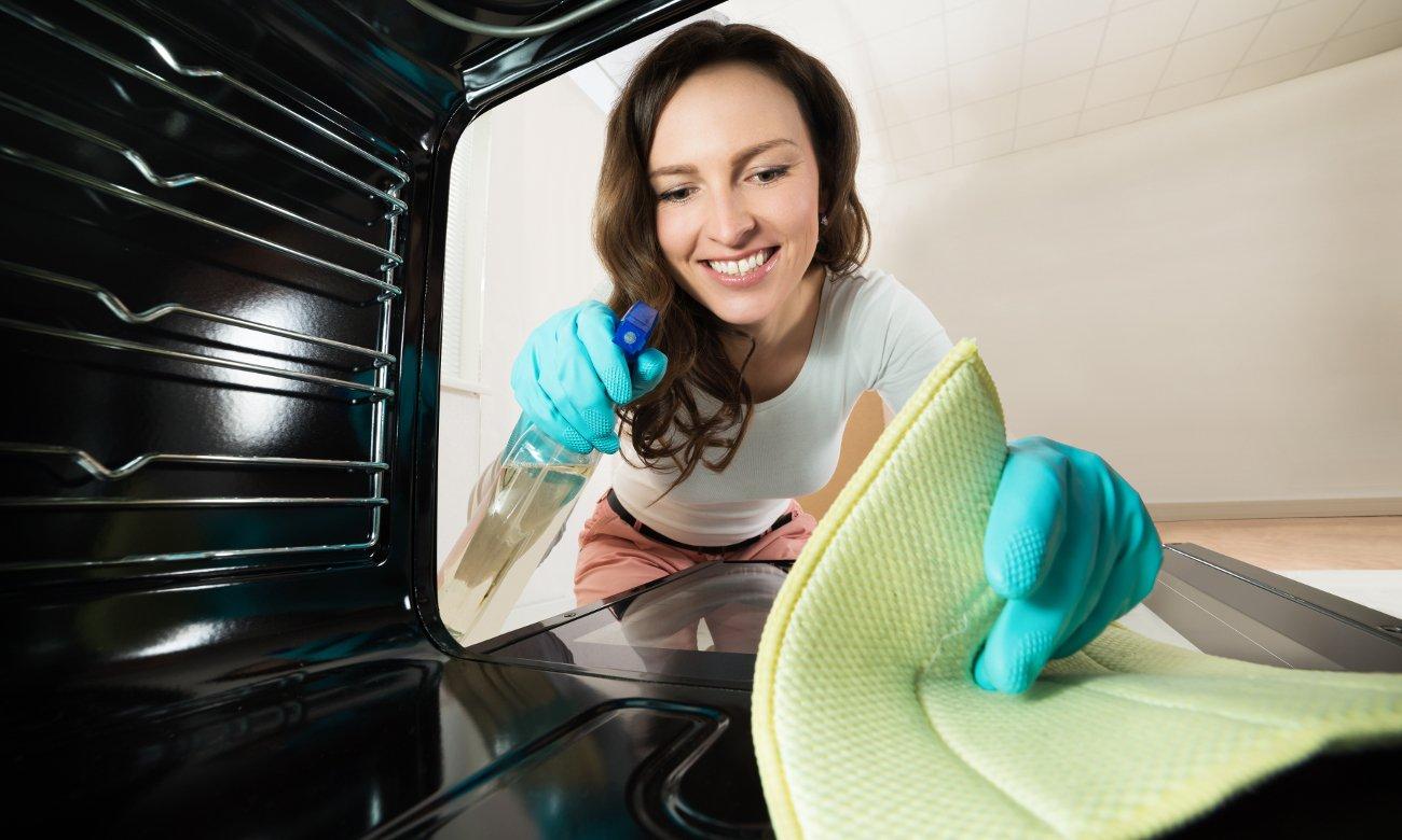 Emalia łatwoczyszcząca pozwala na łatwe czyszczenie piekarnika Amica EB422VBX