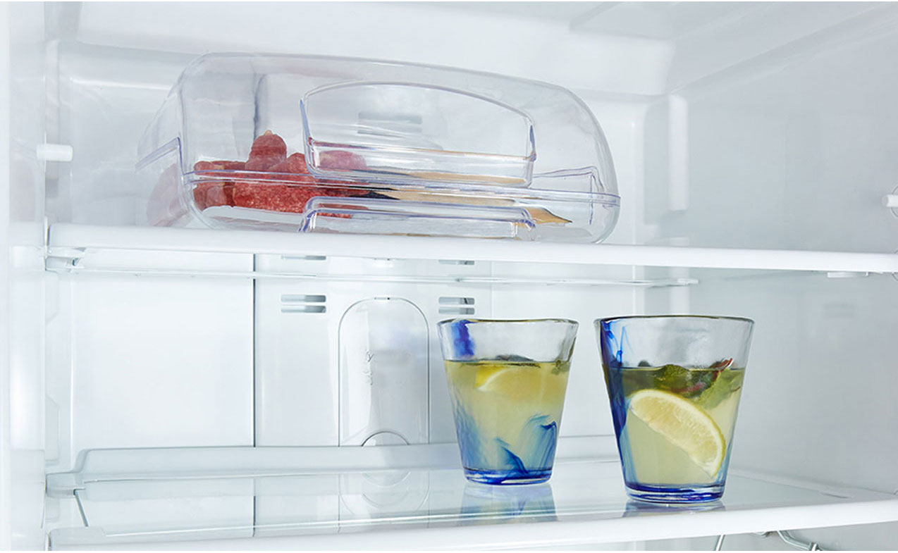 Wygoda użytkowania, dzięki szklanym półkom w lodówce Amica FK205.4