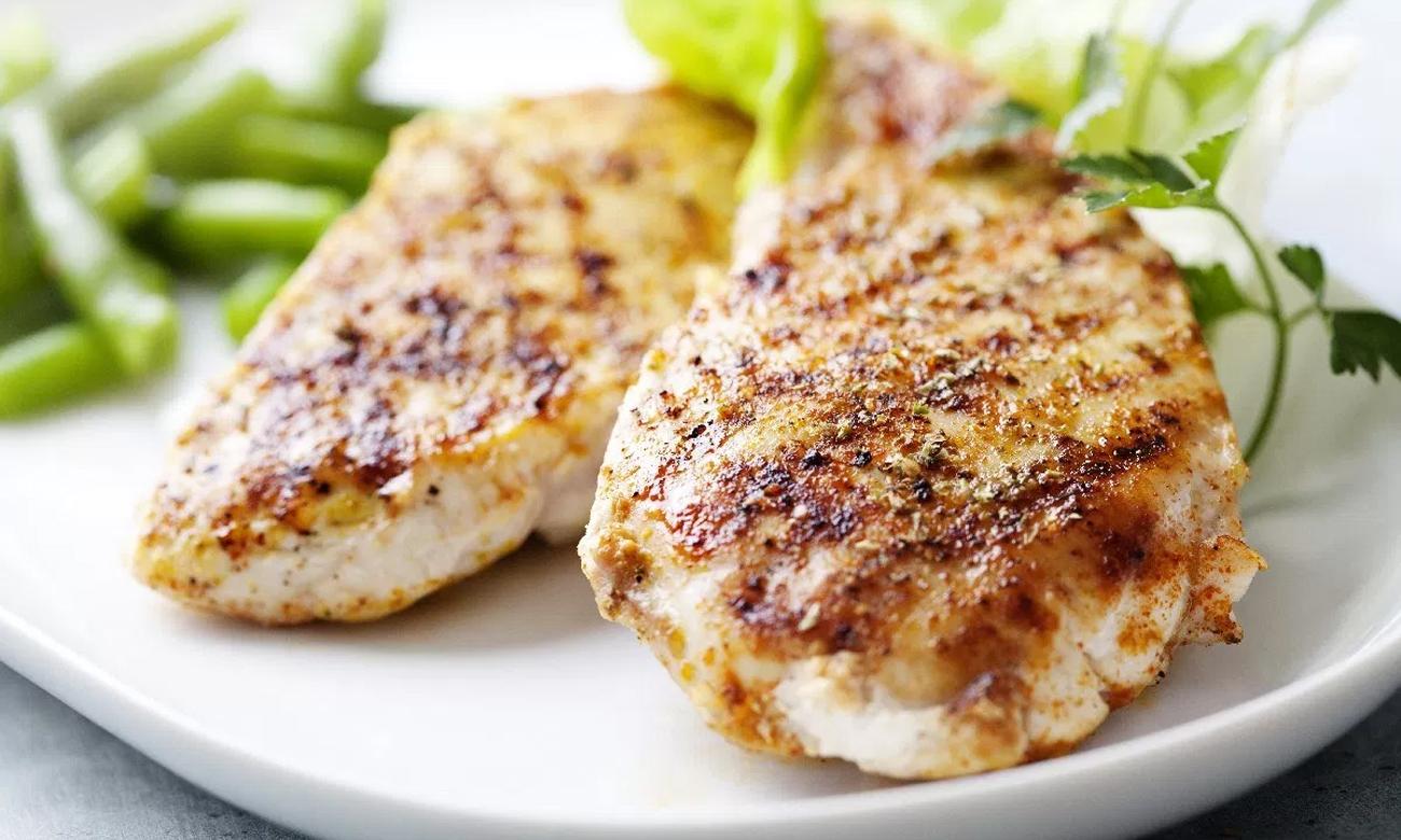 Pyszne potrawy, dzięki funkcji Grill w kuchence Beko CSM52322DX