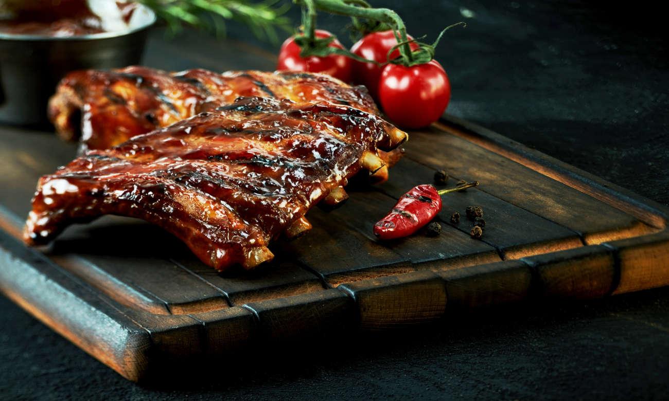 kuchenka Beko FSET52324DXDS posiada grill na którym zrobisz takie mięsko
