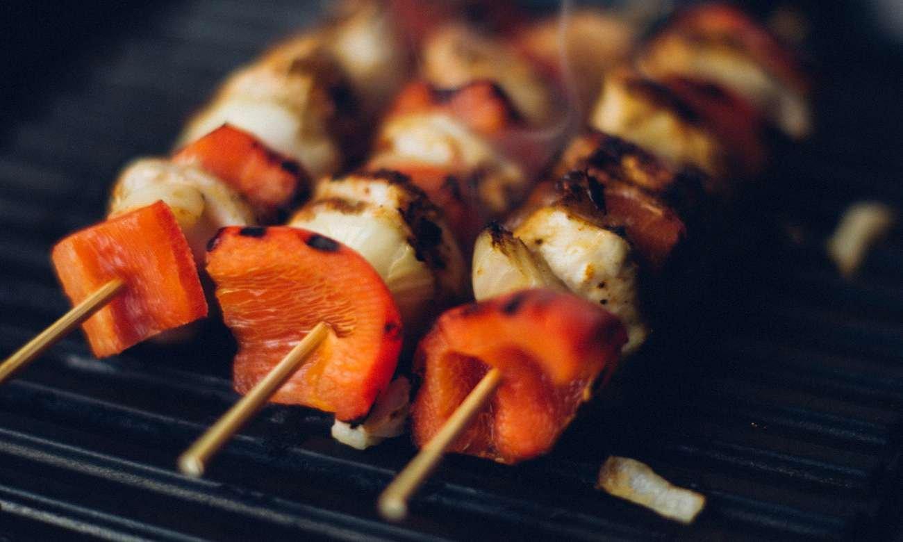 kuchenka Beko FSS57000GW posiada grill na którym zrobisz takie szaszłyki