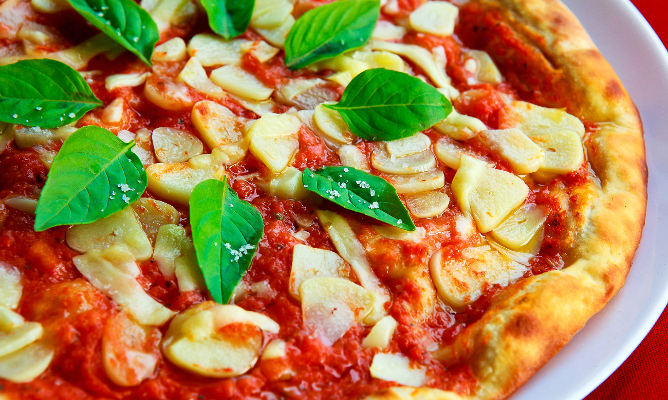 Bosch CMG633BB1 автоматично готує багато страв, наприклад, цю піцу