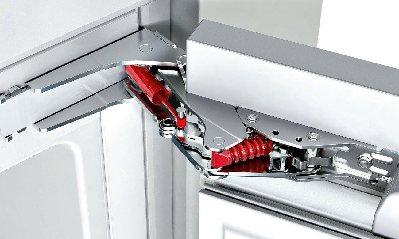 Lodówka do zabudowy Bosch KUL15A65 ma szklane półki i system domykania drzwi