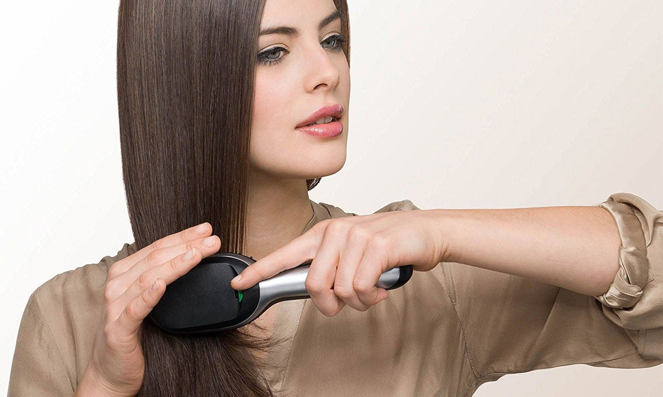 Kobieta czesząca sięBraun Satin Hair 7 IONTEC BR710