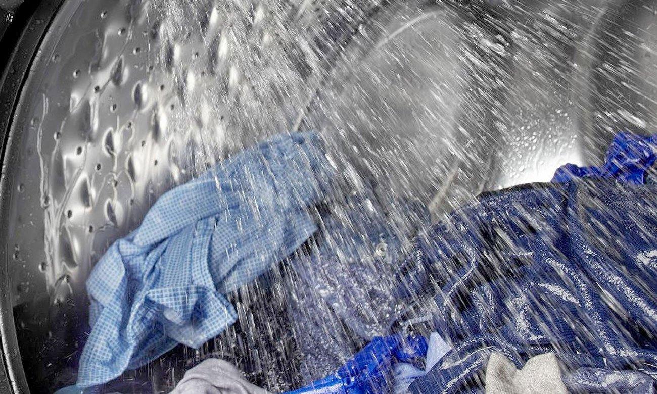 Suche ubrania, dzięki czujnikowi wilgotności w suszarce do ubrań Candy CS4 H7A1DE-S