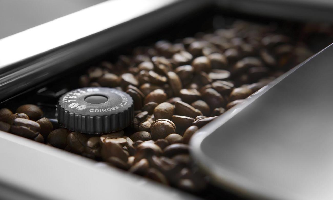 Stroj na espresso DeLonghi ECAM 650.55.MS má brusku s 13stupňovým nastavením broušení