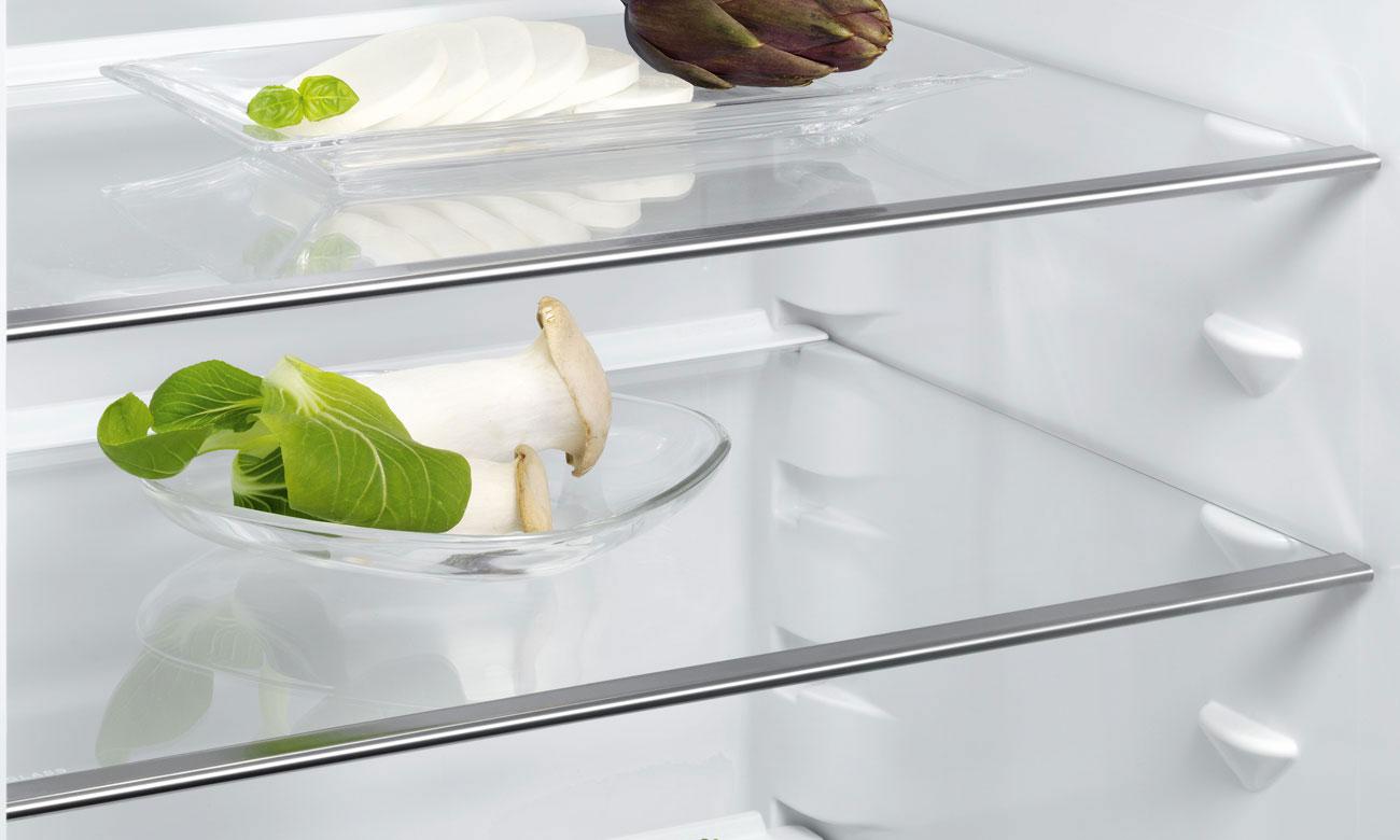 Wytrzymałe szklane półki w lodówce do zabudowy Electrolux ERN2201BOW