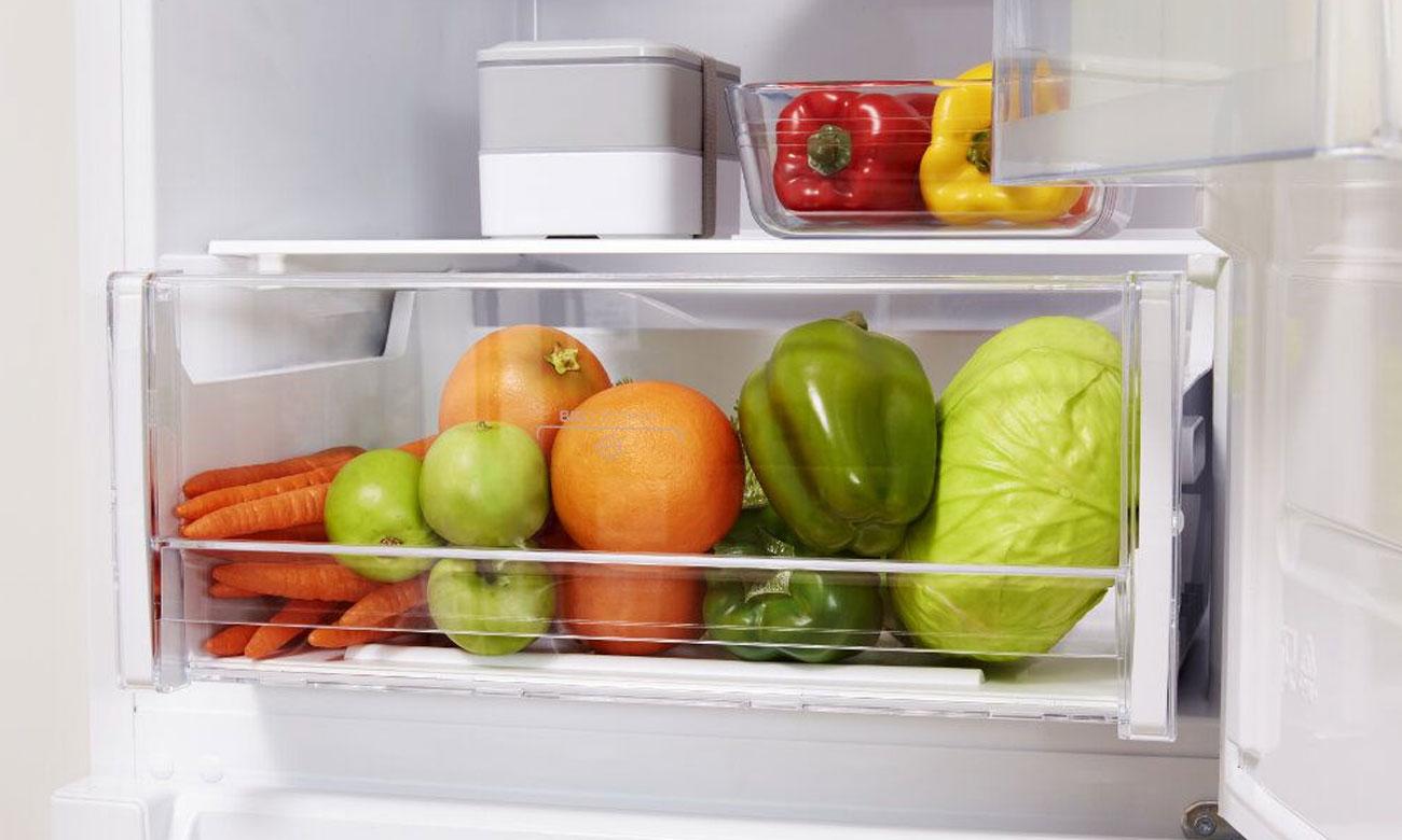 Indesit LR8S2KB posiada szufladę na warzywa i owoce