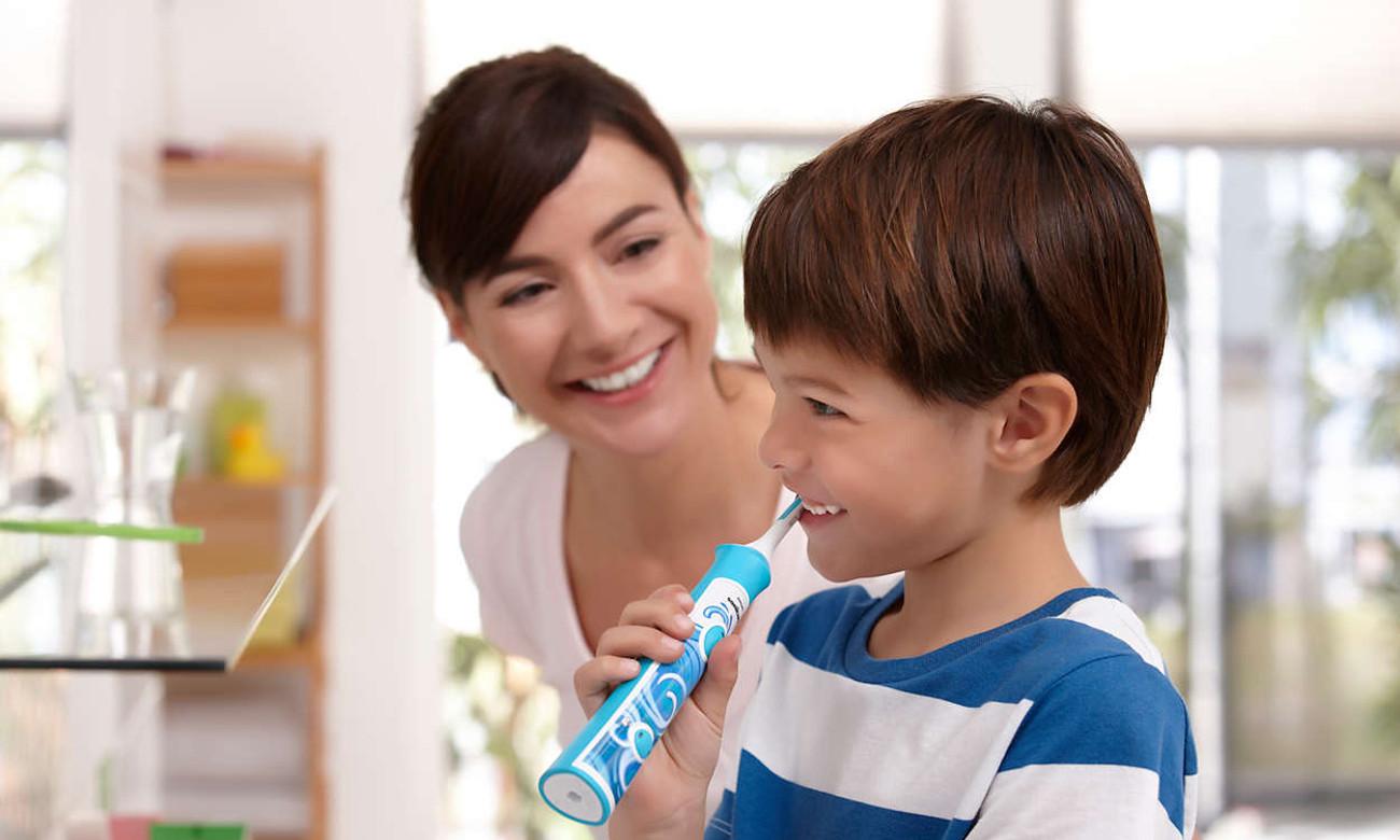 chłopczyk myjący zęby