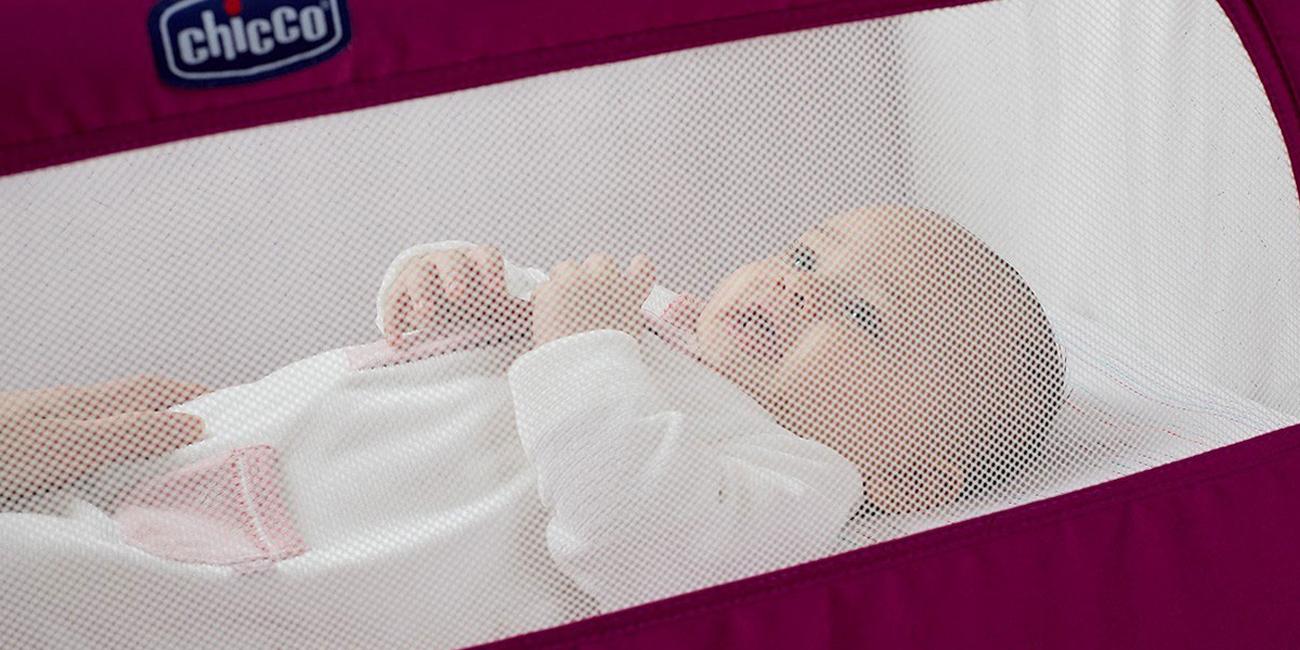 dziecko odpoczywa w łóżeczku dostawnym chicco next2me