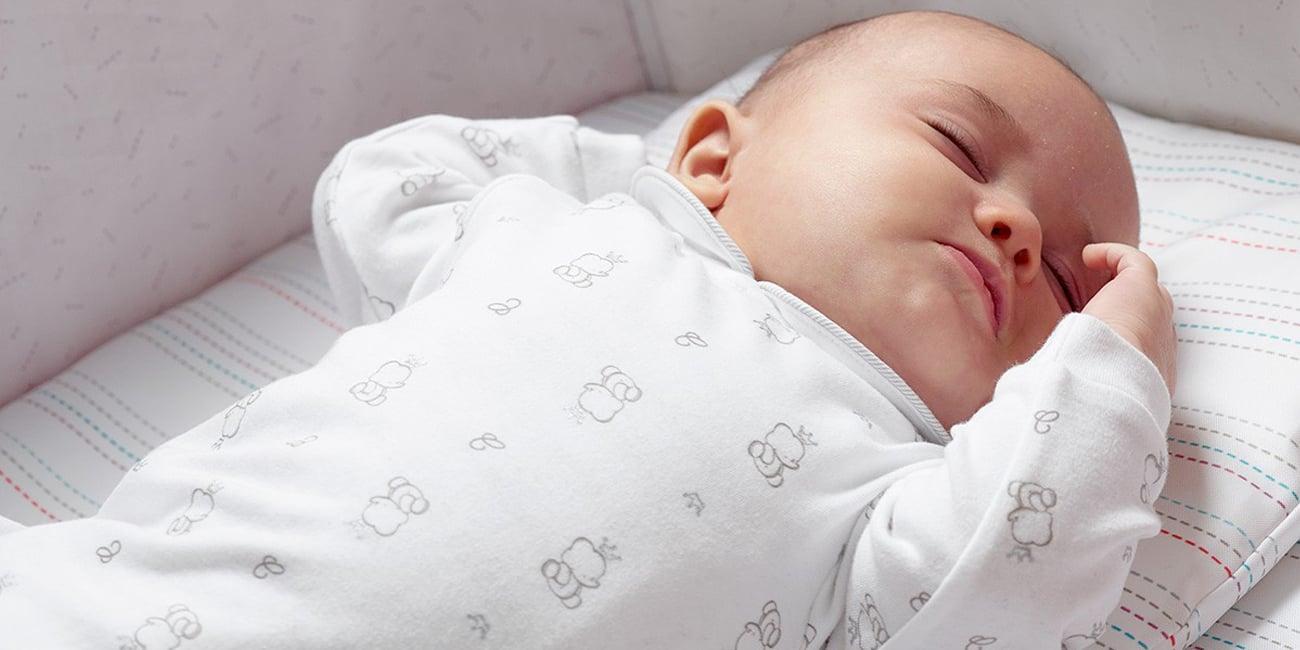 niemowlę śpi w chicco next2me