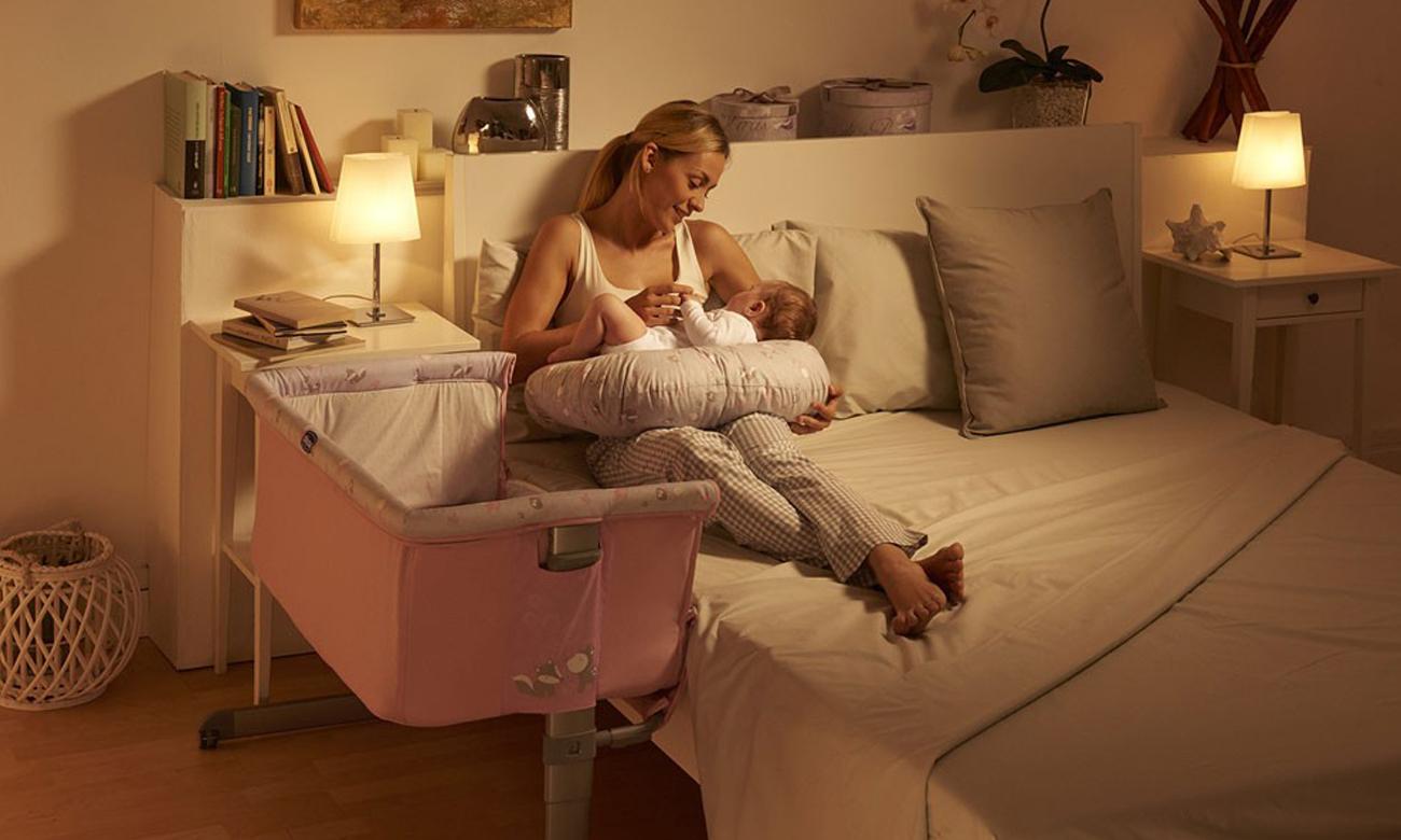 niemowlę śpi w chicco next2me princess