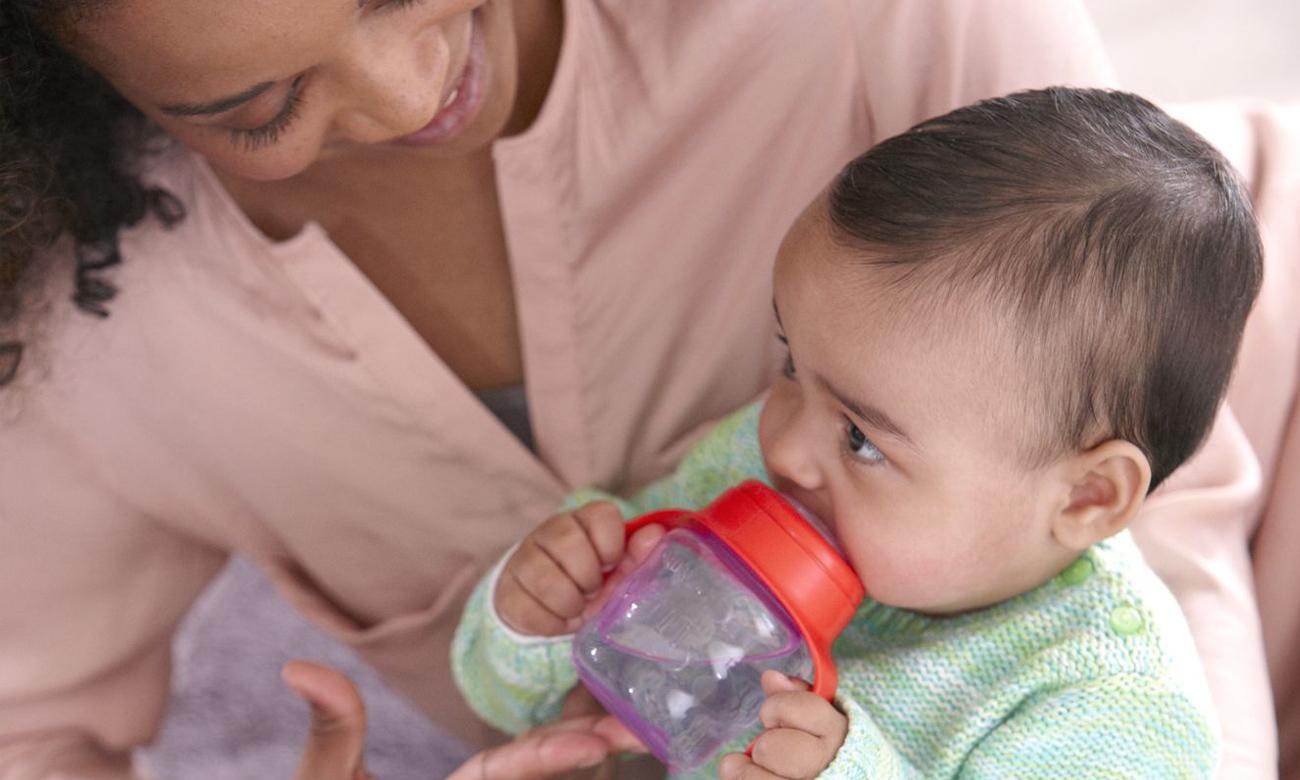 dziecko pije z użyciem kubek niekapek classic fioletowy