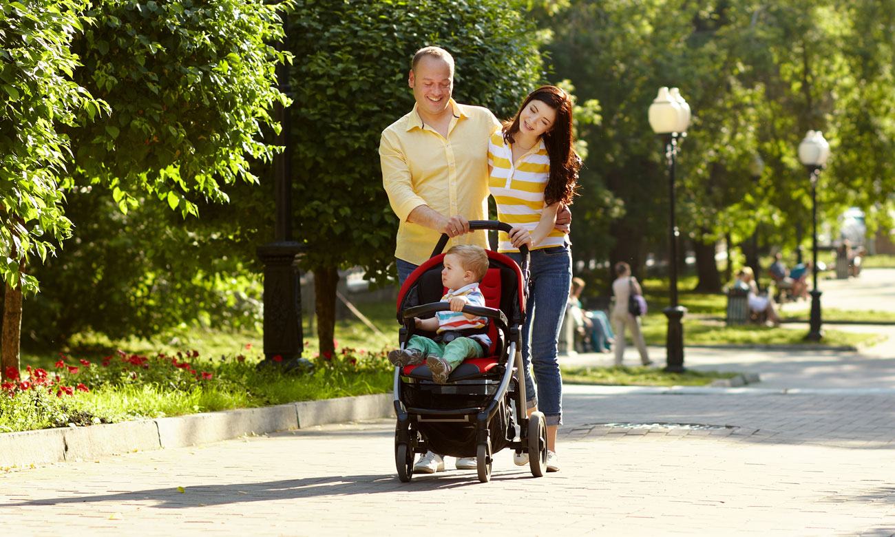rodzice na spacerze z dzieckiem