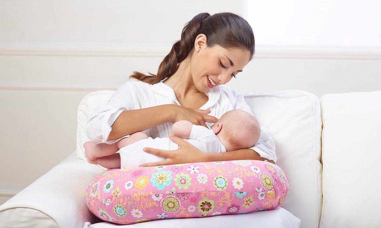 dziecko wygodnie leżące na poduszce Chicco Boppy poszewka French rose