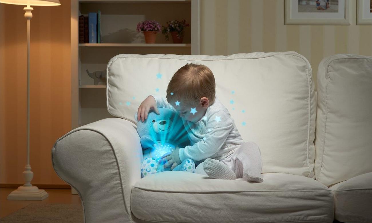 dziecko śpi z chicco miś z projektorem
