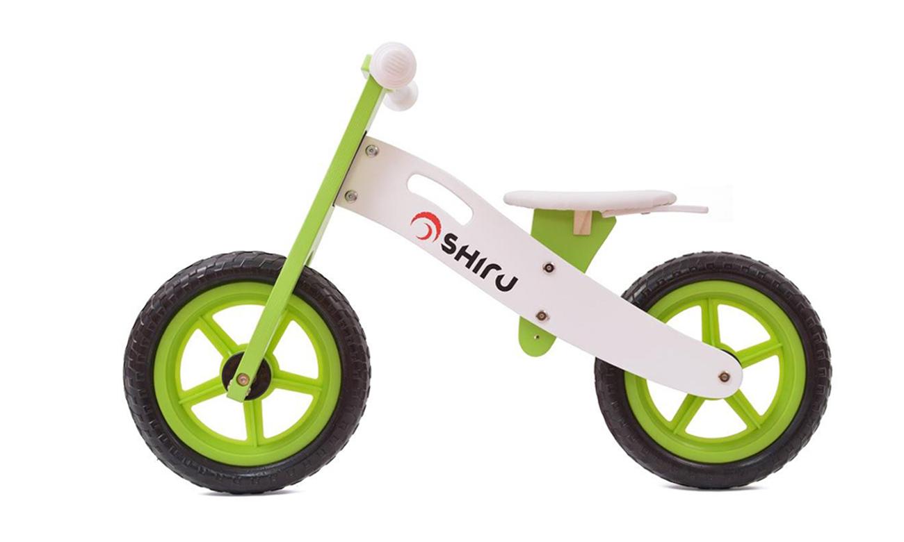 drewniany zielony rowerek biegowy
