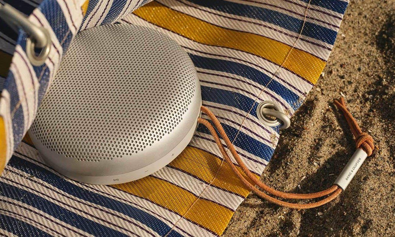 Lekka i wodoodporna konstrukcja głośnika przenośnego Bang & Olufsen BEOSOUND A1 drugiej generacji
