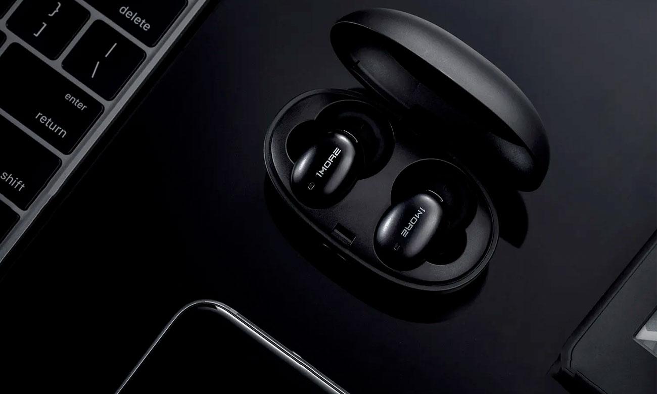 Kompaktowe słuchawki z etui ładującym 1more E1026BT