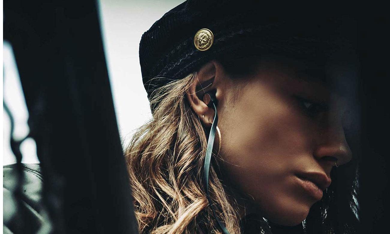 Słuchanie muzyki na słuchawkach A-Jays Four+ iOS