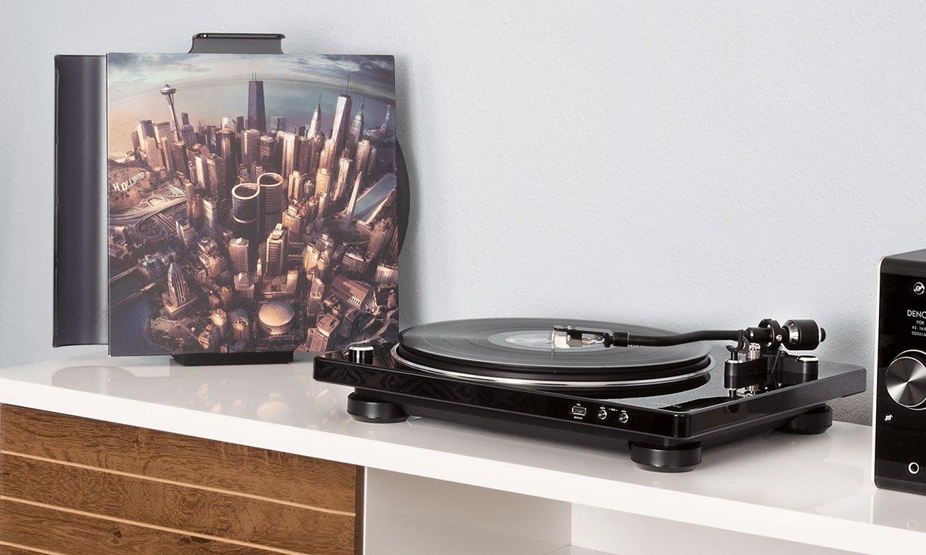 Przemyślana konstrukcja czarnego gramofonu Denon DP-450USB