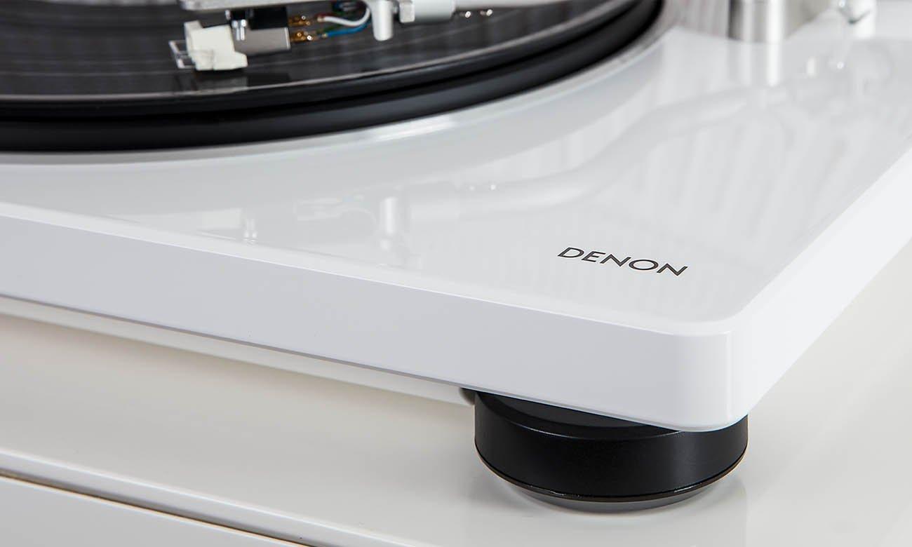 Nowoczesny wygląd gramofonu Denon DP-400 w kolorze białym