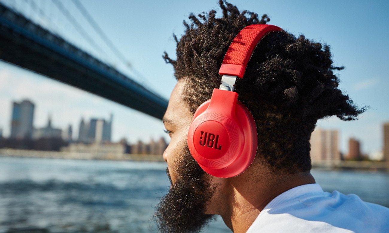 Wbudowany mikrofon w słuchawkach E55BT JBL