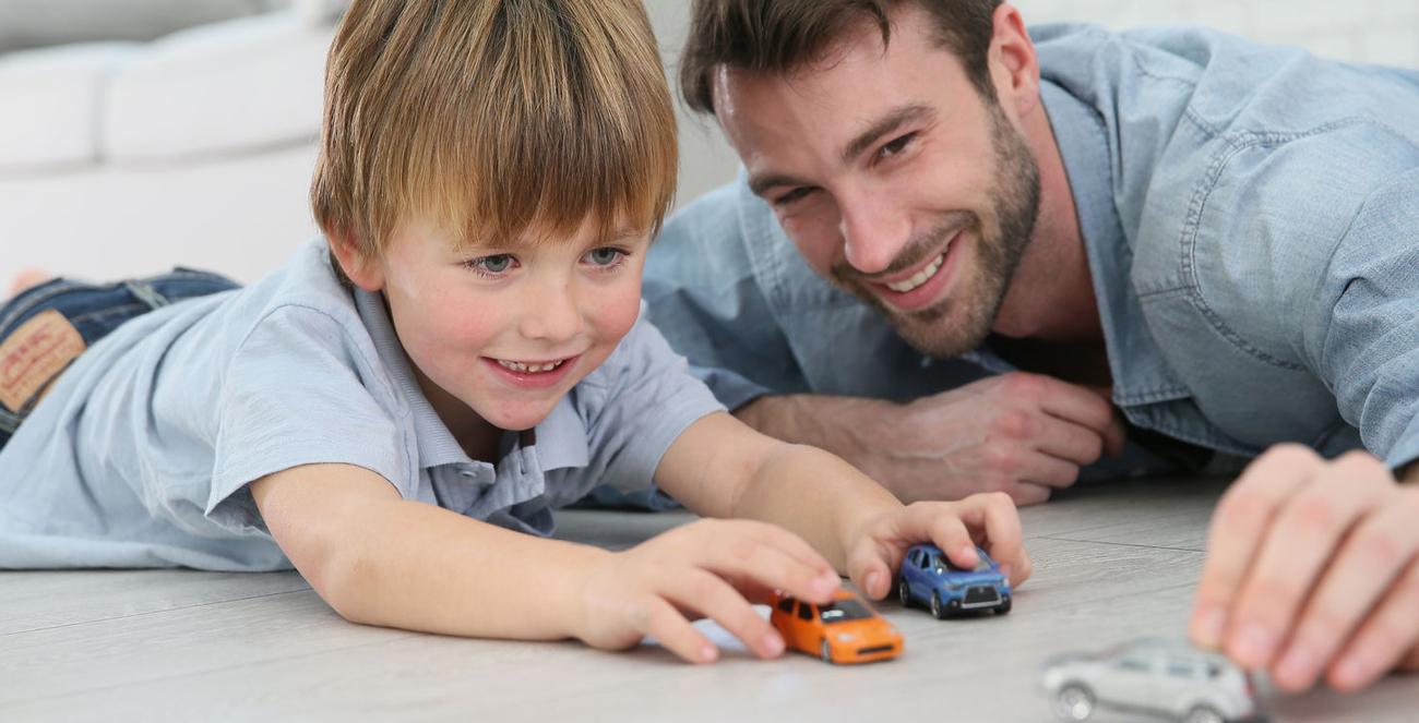 ojciecz dzieckiem bawi się autem