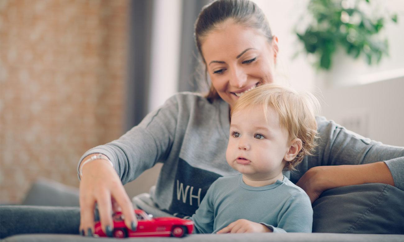 mama z dzieckiem bawi się autem