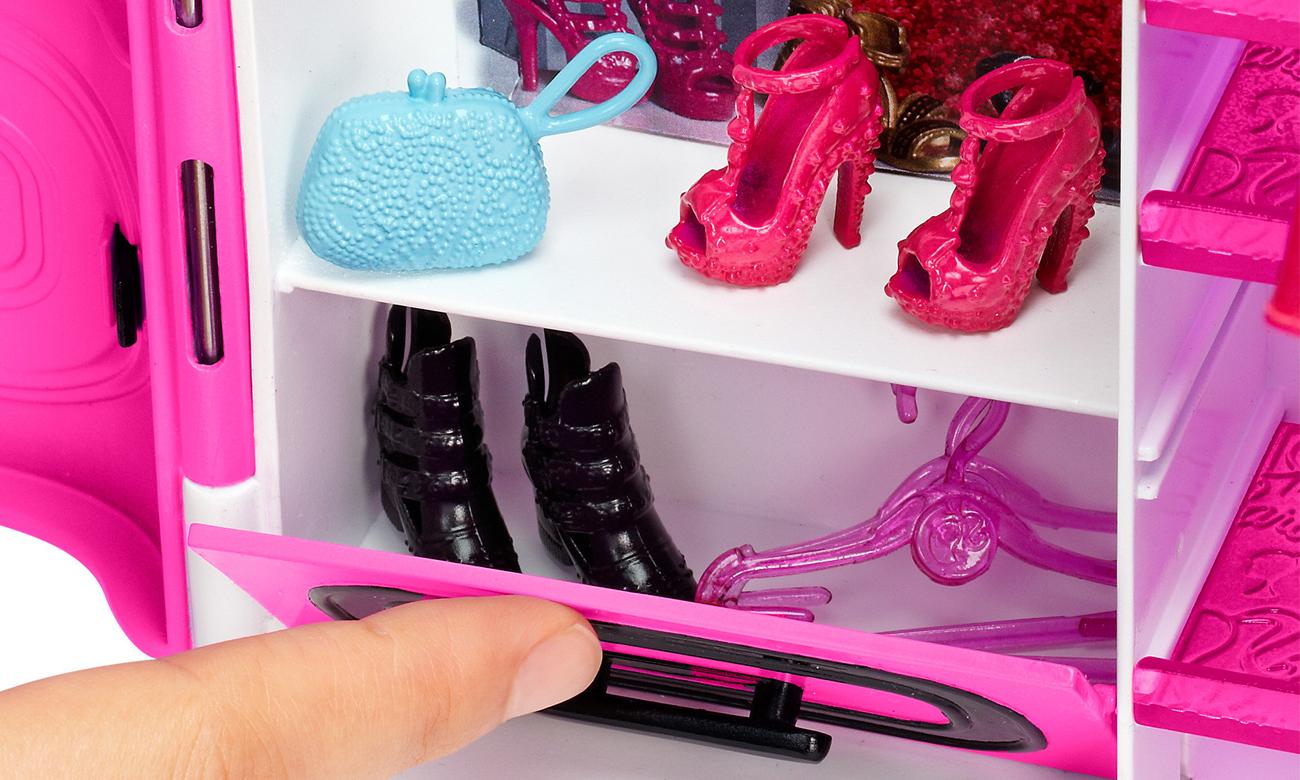 szafa z ubraniami barbie