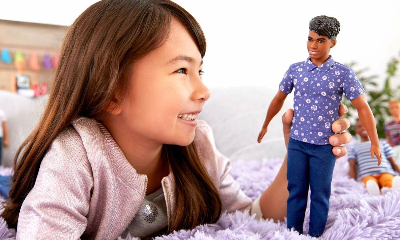 Mattel Barbie Stylowy Ken brunet w koszulce w kwiaty